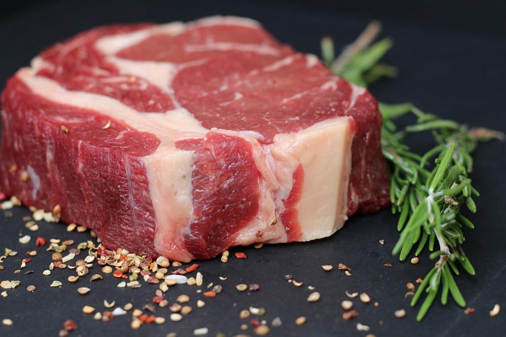 Rundvlees goedkoper in de supermarkt, af boerderij duurder